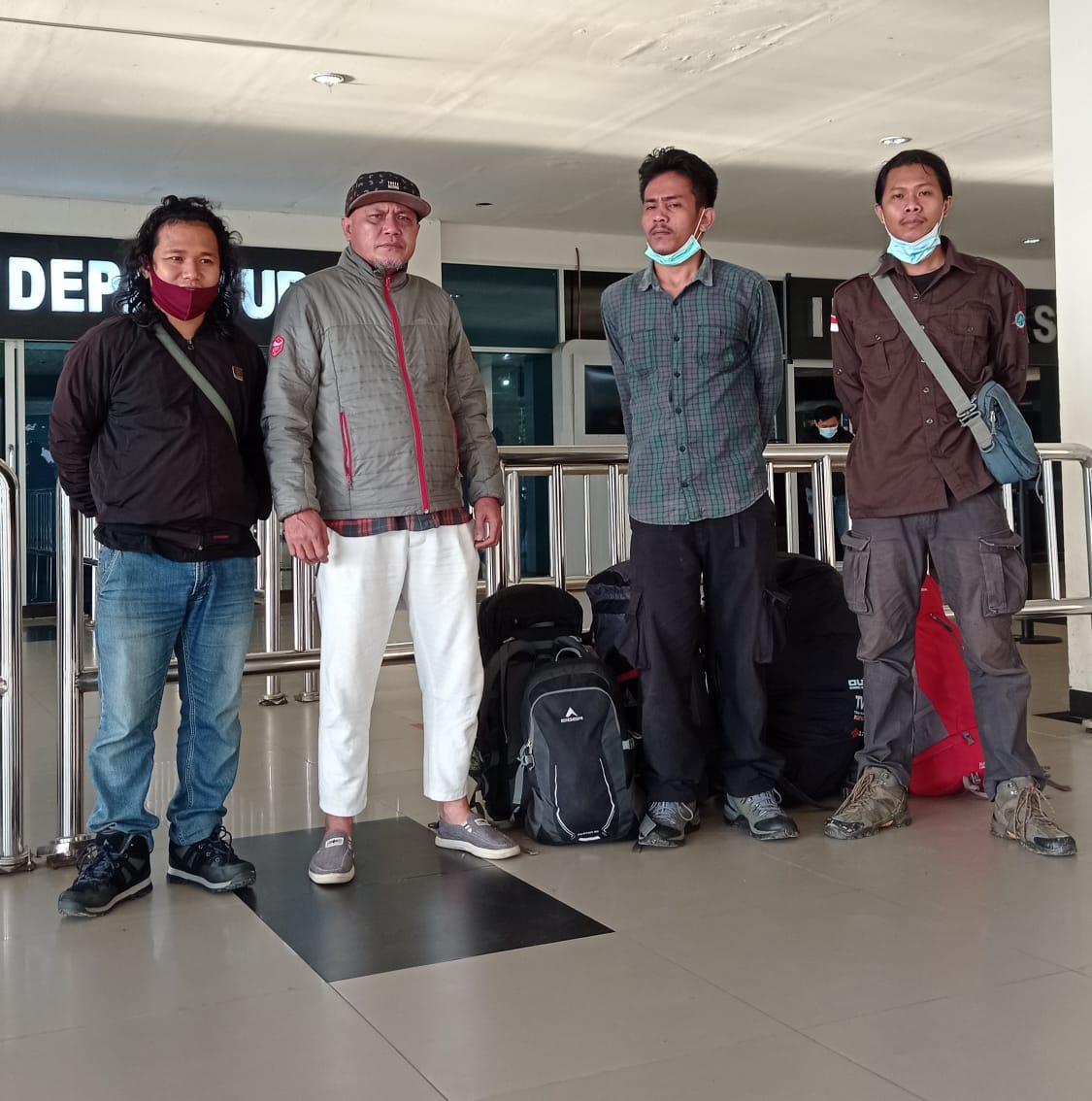 Andi Almu Yasir (celana panjang warna putih) mengantar atlet pendaki gunung  di bandara Halu Oleo Kendari