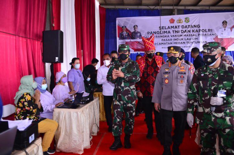 Kapolri Jendral Listyo Sigit Prabowo bersama Panglima TNI Marsekal Hadi Tjahjanto mengunjungi lokasi vaksinasi di Medan